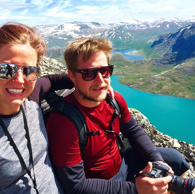 Jag, tillsammans med min man och meste reskamrat Mattias, på toppen av Besseggen.