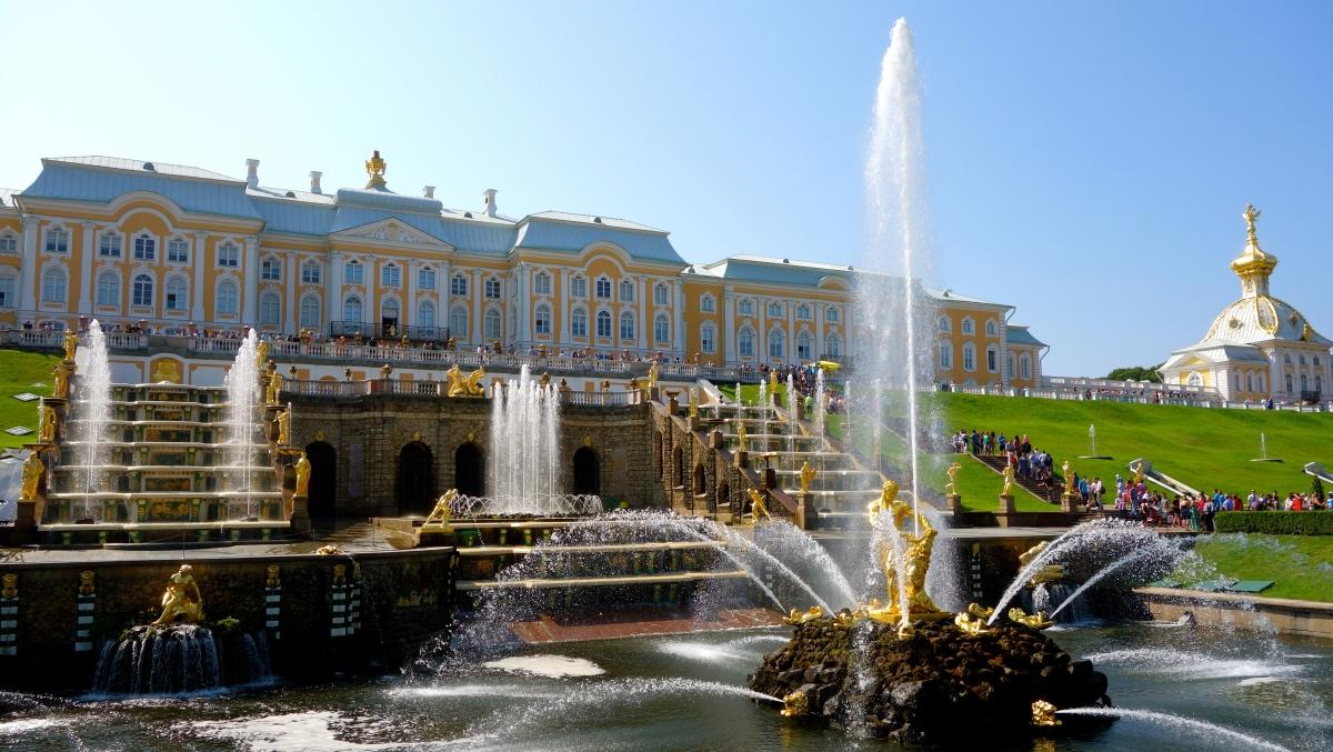 Peter den stores sommarpalats (Peterhof) är inte direkt en liten stuga på landet