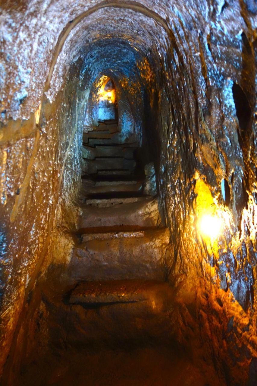 Gång ned i tunnelsystemet.