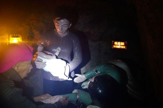 Förlossningsrum. Vår självutnämnde guide fixar med en trasig arm.