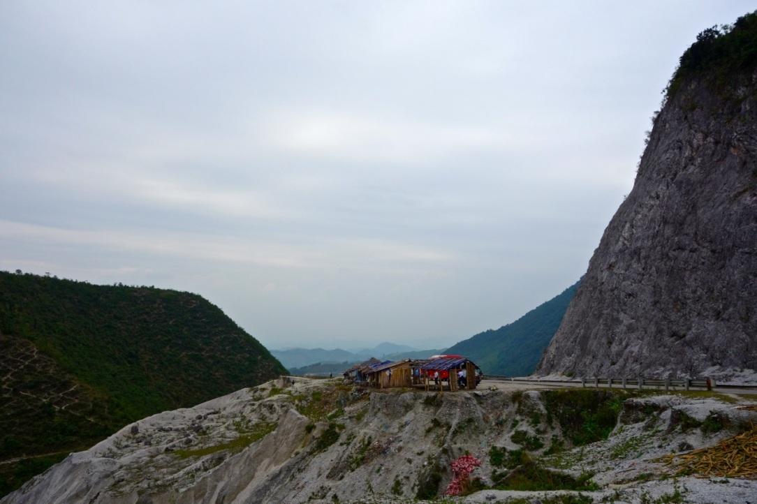 Efter första stigningen över bergspasset. Nybruten väg.