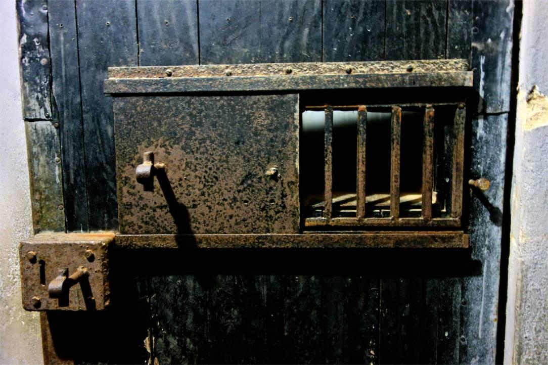 Tunga järnbeslag på celldörrarna.