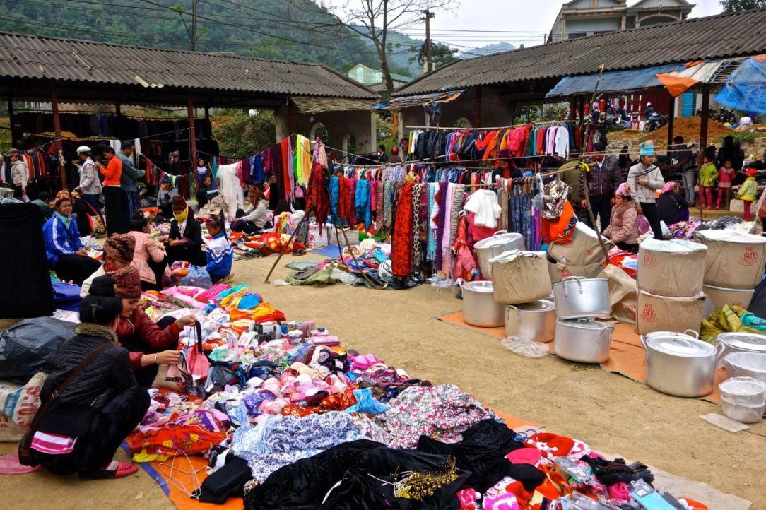 Klädavdelningen på marknaden utanför Son La (i Thuan Chau).