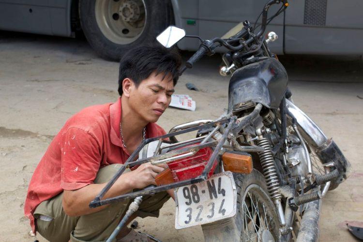 Mattias cykel fick sig lite svets. Ställningen som stödjer upp packningen behövde lagas.