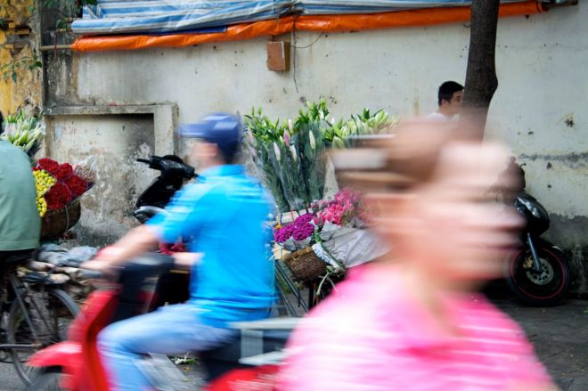 Myllret i Hanoi kan tyckas överväldigande till fots, men på två hjul blir du genast en del i den stora strömmen.