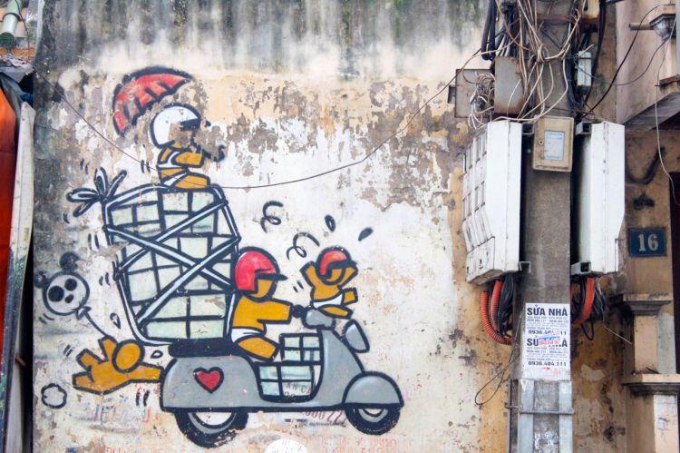 95% av alla fordon i Vietnam är på två hjul. Bilar är fortfarande lyx och finns nästan endast i de stora städerna. På mopparna finns dock allt. Ibland är de fullastade med ägg, ibland människor (rekordet vi sett är fem stycken). Tänk på att de har begränsad sikt och rörlighet. Håll avstånd.