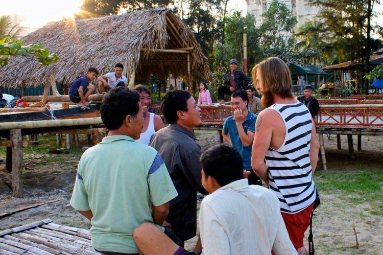 Såhär kan det se ut när vi närmar oss människor. Här ett gäng båtbyggare med åskådare som skrattar, hojtar och petar oss lite i magen.