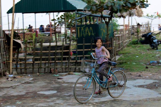 Såhär ser det ut när ungar kommer cyklande. För stora cyklar, lika stora leenden. Sedan har kidsen fått för sig att en ska vinka med peace-tecken. Är det någonting nytt?