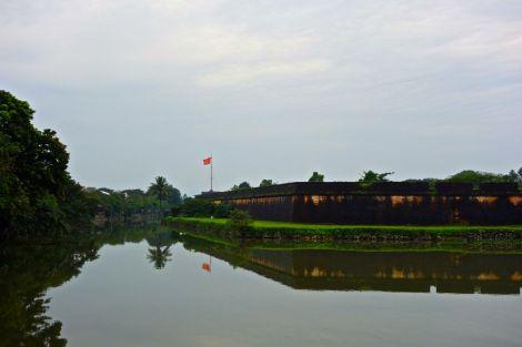 Vietnams högsta flagga skymtar i bakgrunden.