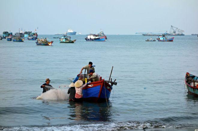Kvinnor möter fiskebåtarna som kommer tillbaka med fångst (förhoppninsvis) när solen börjar stiga över horisonten