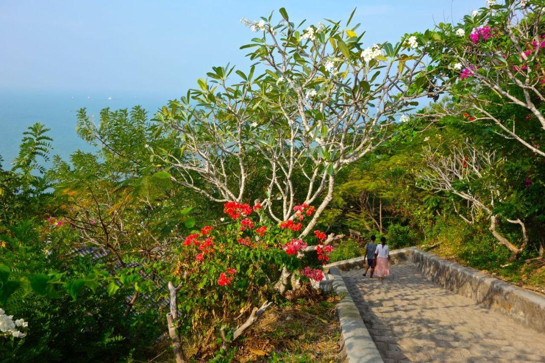 Promenaden upp till Jesusstatyn på Vung Taus lilla berg är verkligen värt ontet i guppen