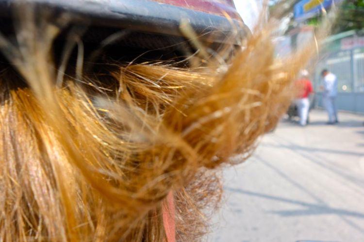 När Mattias cykel var fixad lämnade vi in min också för lite småpill. Bara att passa på när vi ändå ställt in oss på en stilla dag. Då fick jag sitta bakpå och laddade med kameran. Allt jag såg var hår, hår, hår. Skägg och frisyr.