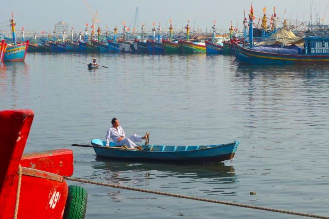 Här kommer en man roende genom hamnen. Så enkelt det ser ut! Tillbakalutad, avslappnad.