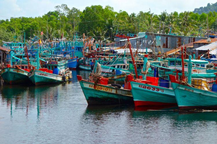 Fiskebåtar som trängt ihop sig i skydd från havet i en liten kanal
