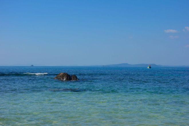 Turtle Island efter lunch. Enda sällskapet är en liten fiskebåt.