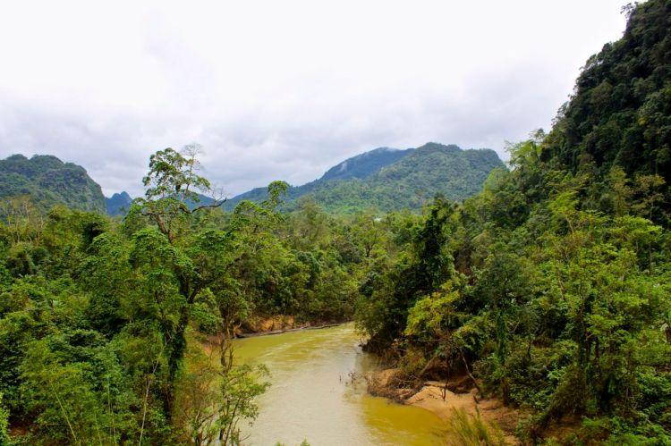 """De dåliga vägarna i Vietnam gjorde att floderna blev viktiga transportsystem, särskilt under regnperioderna. Floden som fått smeknamnet """"Blood and diesel"""" var en viktig transportväg för tunnor med diesel. Amerikanerna fick information om de nya transportvägarna och bombade då också floderna hårt. Diesel och blod flöt i de grumliga vattnen."""