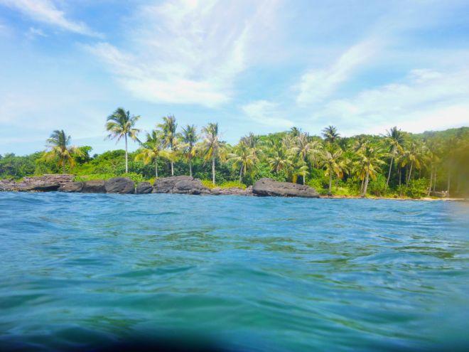 En av öarna söder om An Thoi. Vackrare över än under ytan. Många av reven är döda och sikten knaper.