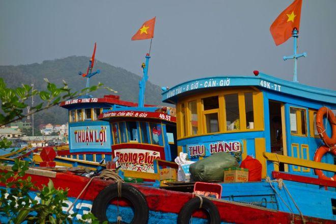 Färgglada båtar i en vacker hamn