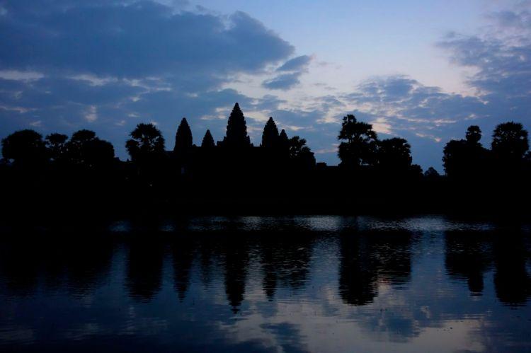 Det första ljuset avslöjar siluetten av Angkor Wats fem torn.