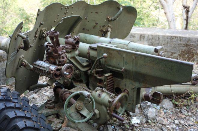 En av de två kanonerna har märken av skott på skölden