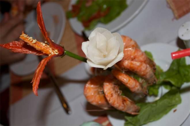 Att maten serveras för ögat är sällsynt, men denna ros av räkor på båten i Halong Bay var en höjdare!