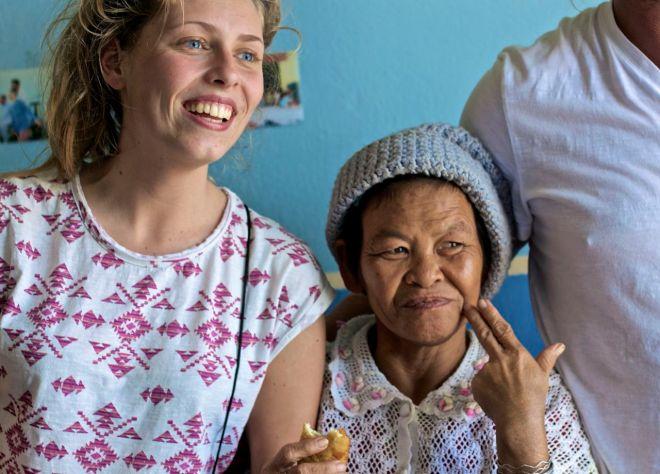 Gaby, en volontär från Nederländerna, och en av deltagarna i tantligan.