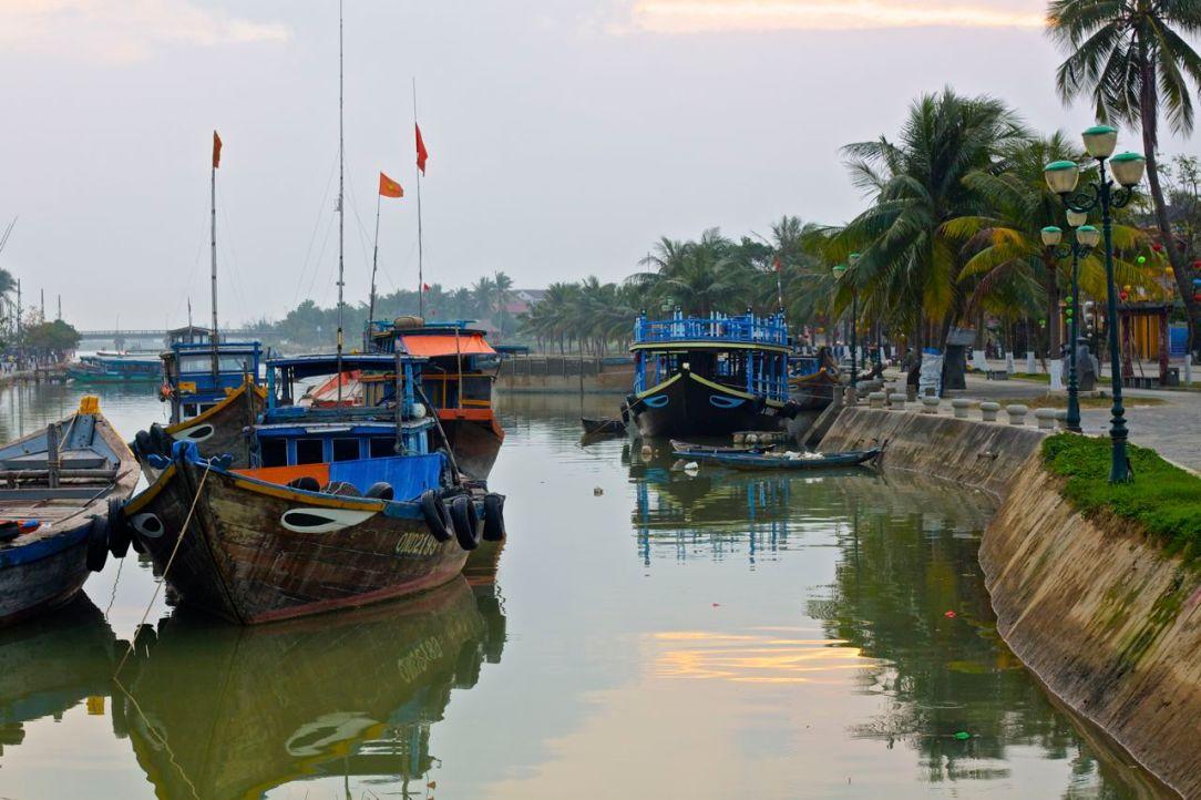 I flodmynningen vilar båtarna, ständigt på sin vakt mot havsmonstret.