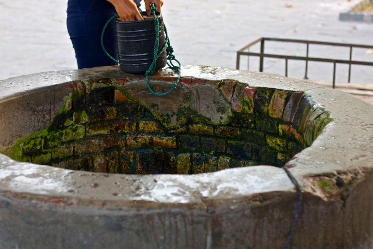 """Brunnen som kallas """"Takbrunnen"""" ligger alldeles intill marknaden. Trots att den byggdes redan 1848 tjänar den fortfarande sitt syfte."""