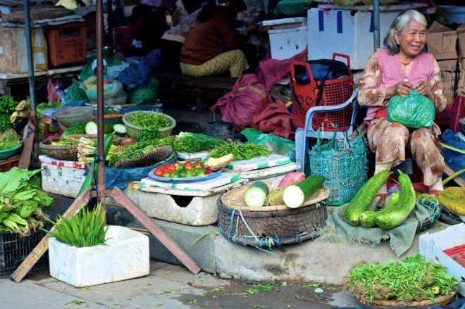 Marknadsmässig uppställning av produkterna. De staplas och slängs omkring där det finns plats. Till synes kaos, men vi stötte på en marknadsvakt som gick och skällde på två kvinnor som satt sina burkar med groddar för långt ut i vägen.