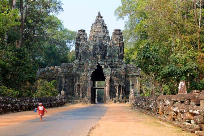 Staden har fem portar, en i varje vädersträck samt en extra i öster - för segrar.