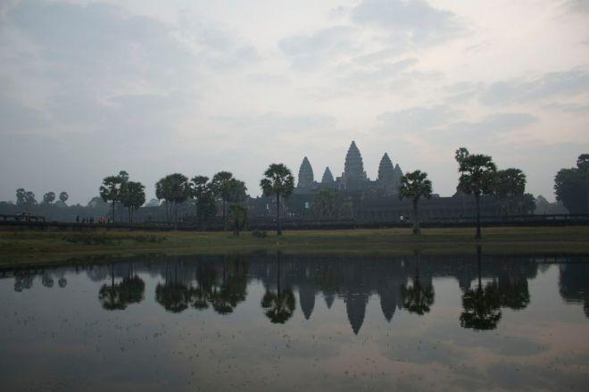 Morgonens dis ligger tung över templet