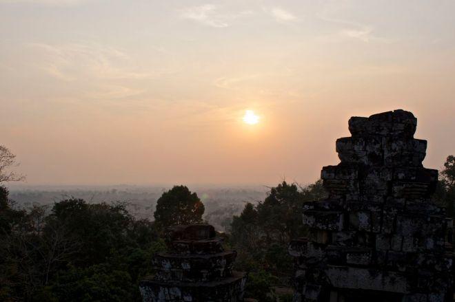 Utsikten från toppen av templet på Phnom Bakheng är fin, men inte fantastisk (särskilt inte med tre armbågar i ryggen).