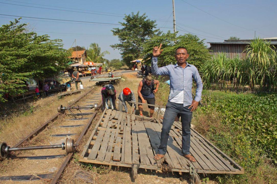 Några flitiga tågbyggare och en väldigt glad, men mindre flitig, tågbyggare.
