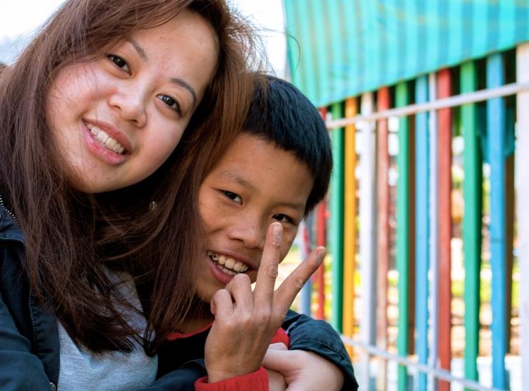 Lina och Tuan. Tuan bodde tidigare på gatan men bor nu på ett stödcentrum. På stödcentret finns det plats för drömmar, han vill bli fotograf. Foto: Mattias Englund
