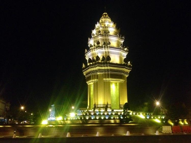Nattliga promenader var en stund vanligare än morgontidiga... Ovanligt för mig. Här är det Independence Monument som är upplyst.