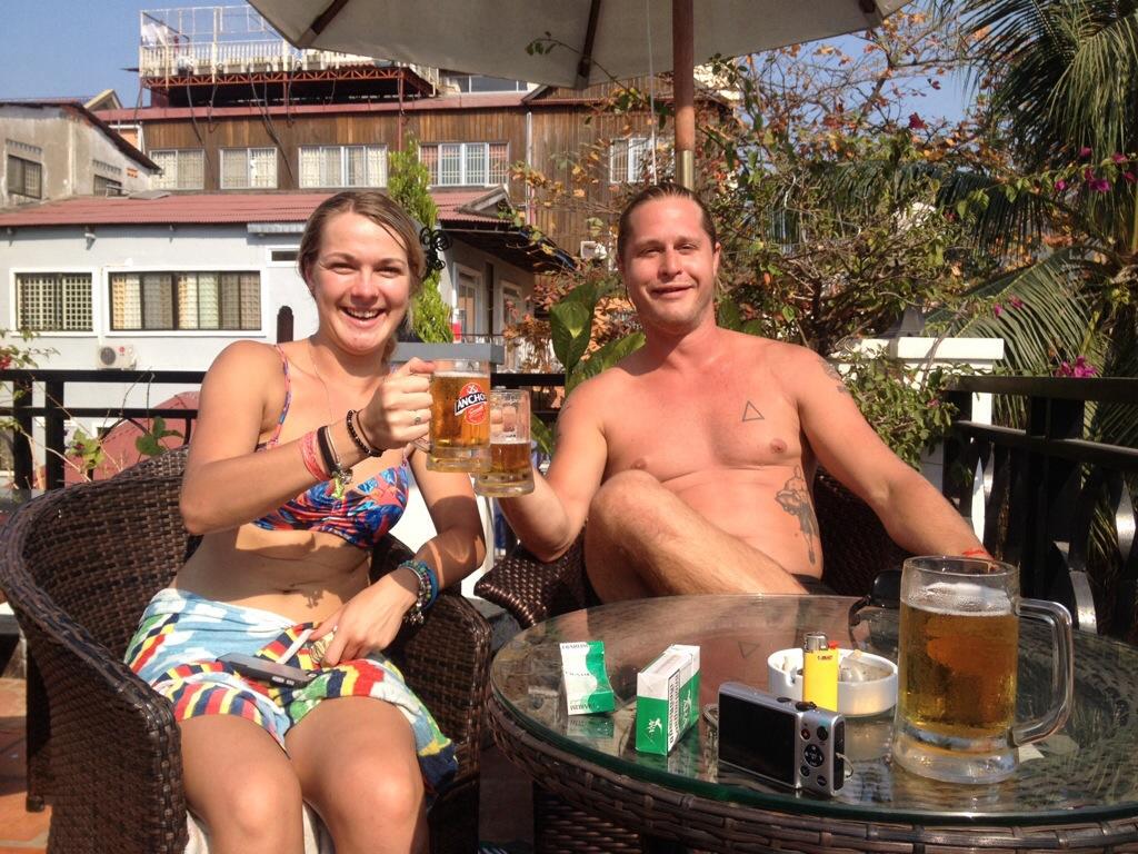 Lily och Mattias tar en måndagsskål vid sidan av poolen.