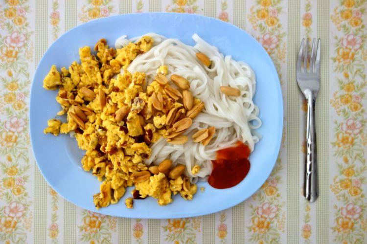 Första hemmalagade måltiden, som inte köpts i en kiosk, blev risnudlar, ägg, chilisås och jordnötter. Ambitionen var en Pad Thai, men det föll på att vi saknade alla slags grönsaker. Och en mortel.