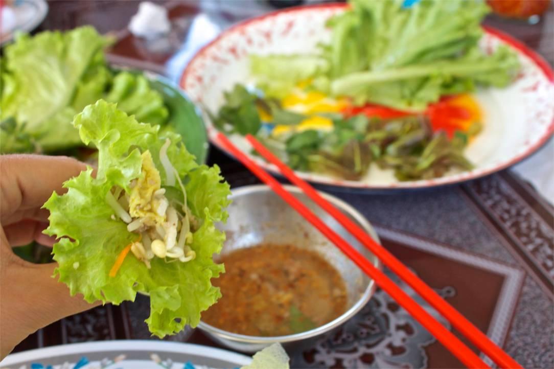 Efter att ha ätit maten lite på måfå fick vi en kurs. Bánh xèo ska ätas inlindat i salladsblad, inte bit för bit.