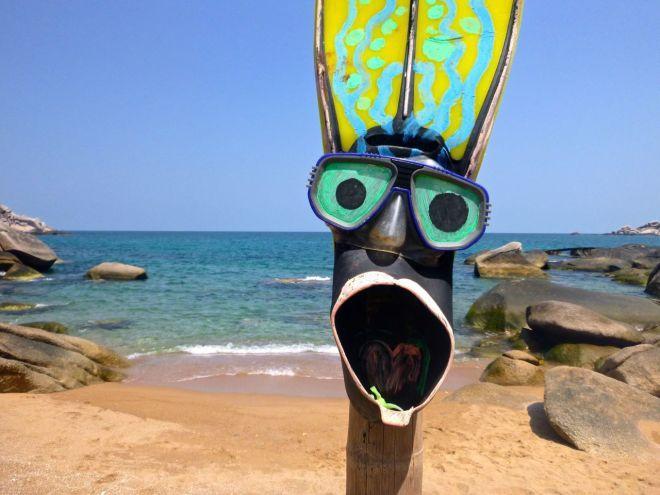 Strandgalen snorklare! Det gäller att hålla i sakerna, annars riskerar utrustningen att bli både ofrivillig hajmat och spektakulär konst.