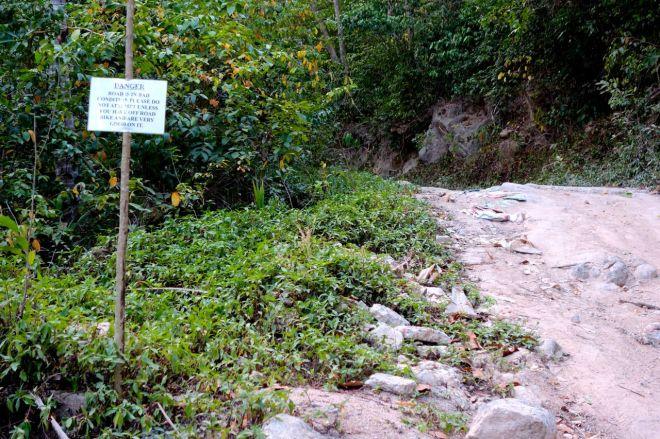 DANGER! Skyltar sitter uppsatta längs vägen och varnar för att vägen är farlig. Upp kommer en som oftast alltid, men att ta sig ner i rullstensbackar var lite värre... Fick gå slalom på stenarna.