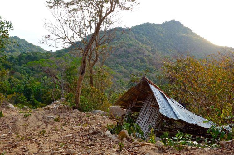 Längs med de små vandringslederna bor fortfarande människor enkelt. Här har dock någon fått flytta, förhoppningsvis innan det rasade.