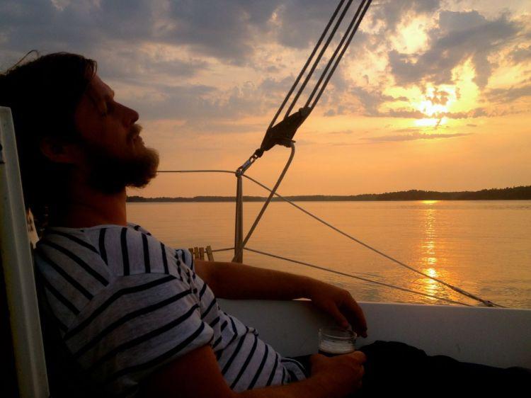 I skymningen är det liksom ljust så länge att dagen sakta kryper över till natt. I Thailand trillar solen ner i havet och släcks på ett par minuter.