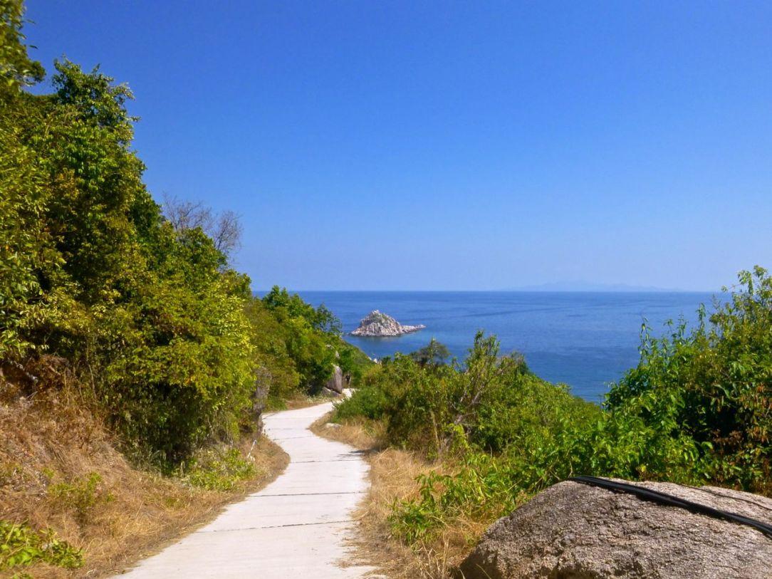 ...och vägen ned mot Sai Daeng Beach slingrar vidare...
