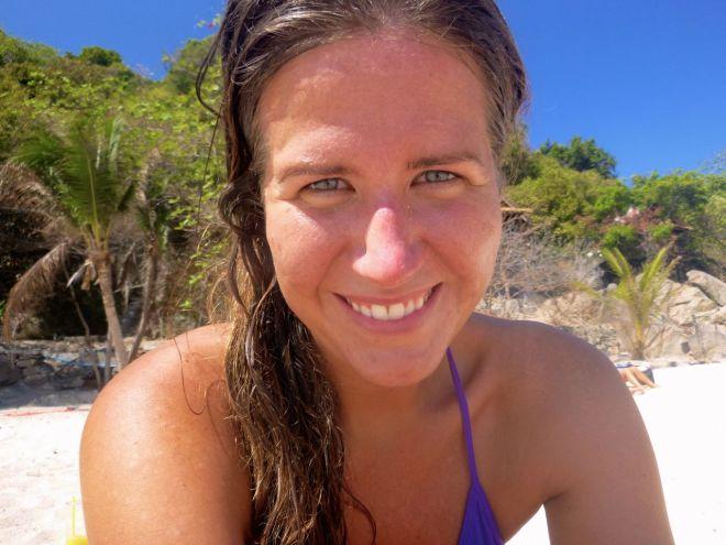 Det är inte en dag med dykning, eller skidåkning, men likaväl en dag med text och lunchpaus på stranden. Glad tjej, i ny bikini. Liten och lila. Bikinin alltså.