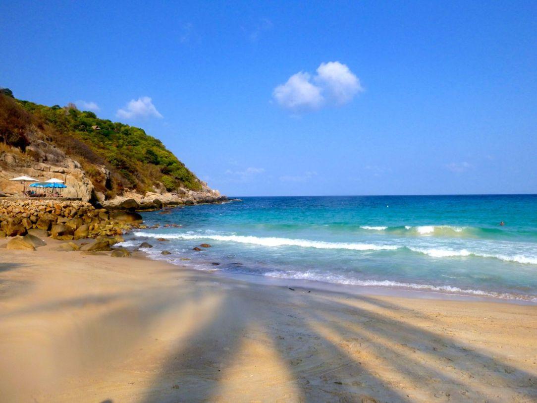 Aow Leuk, stenig men härlig strand. Perfekt för den som vill vila i blandade palmskuggor.