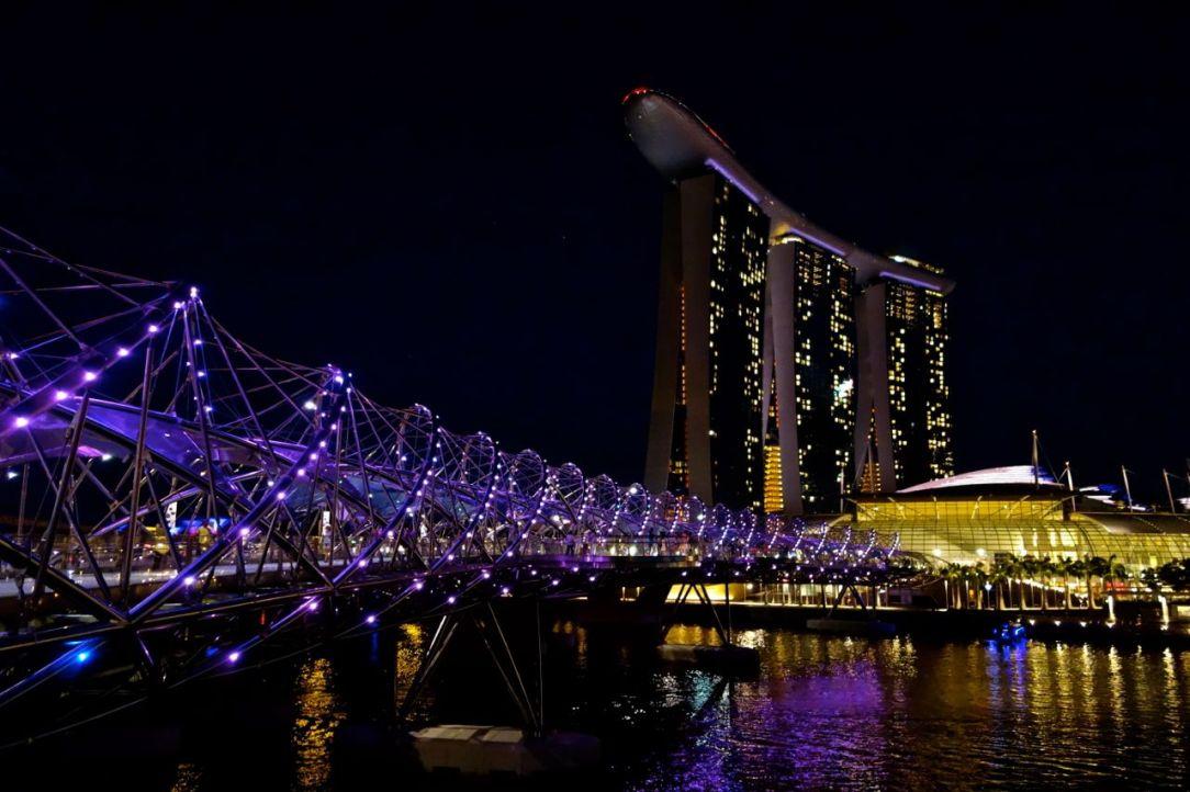 Helix bridge är förvirrande och fantastisk att promenera igenom.