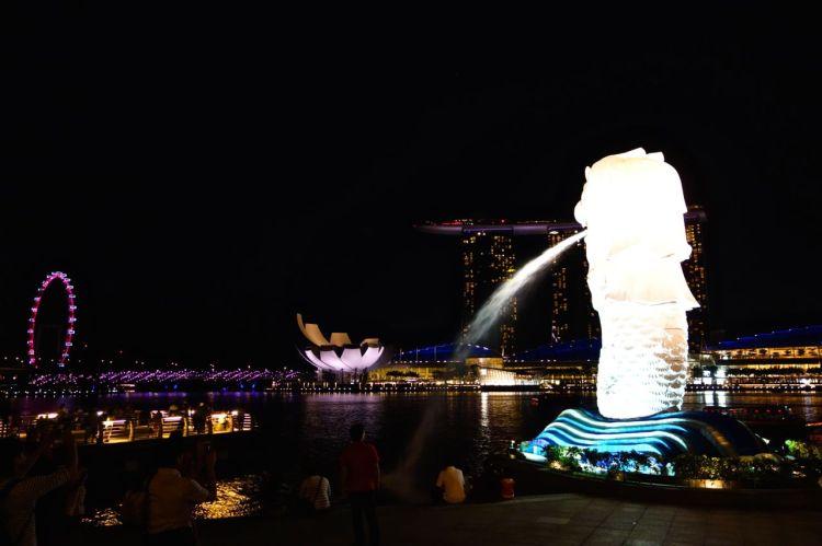 Merlion, symbolen för Singapore framför allt annat. Lejonfisken finns på flera platser runt om i staden, men i Marina Bay står den som ståtligast.
