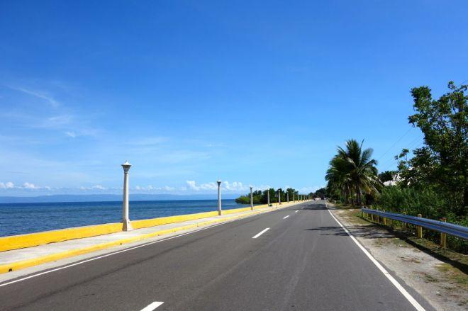 Längs havet känns ringleden mest som en autostrada i södra USA, inte som en ett par mil kort landsväg på en avlägsen ö i Filippinerna.