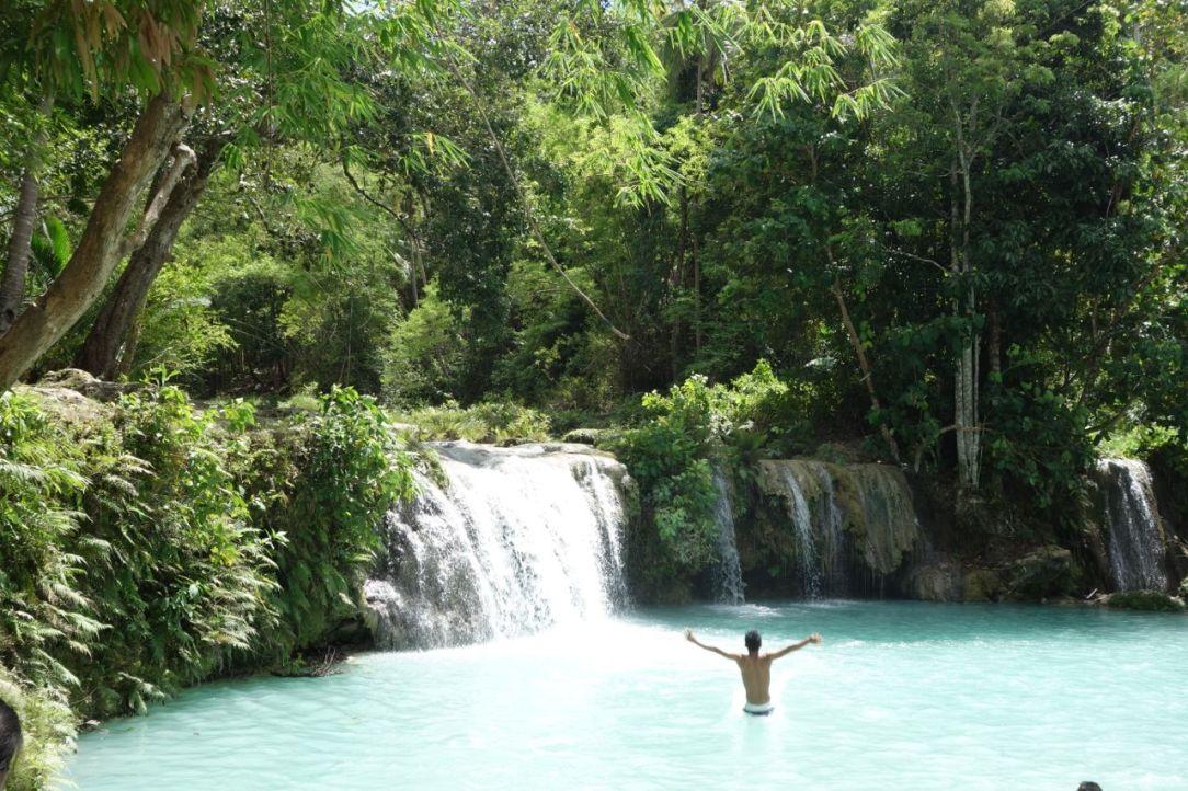 Cambugahay Falls är en serie små vattenfall med dammar som rinner ned från bergen på ön. Så himla friskt!