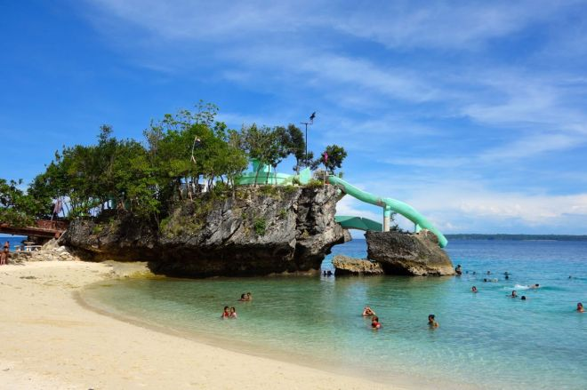 Salagdoong Beach är populäraste stranden. Det finns rutschkanor och massa mysiga klippor. På lördagar finns det också mycket folk. Perfekt för party och picnic!
